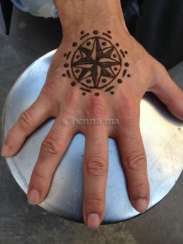 points cardinaux au henné sur la main